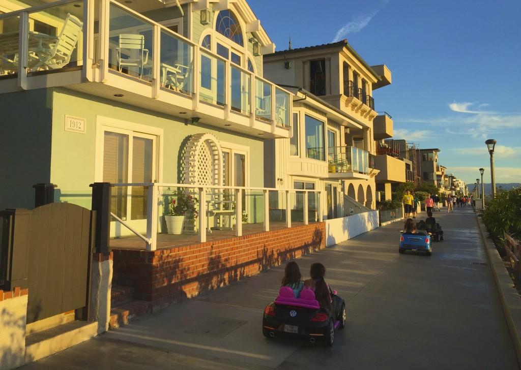Manhatten Beach, best beach Positivista reisetips travel tips promenade beste strand sunset arkitektur architecture house design surfer cabriolet toy cars